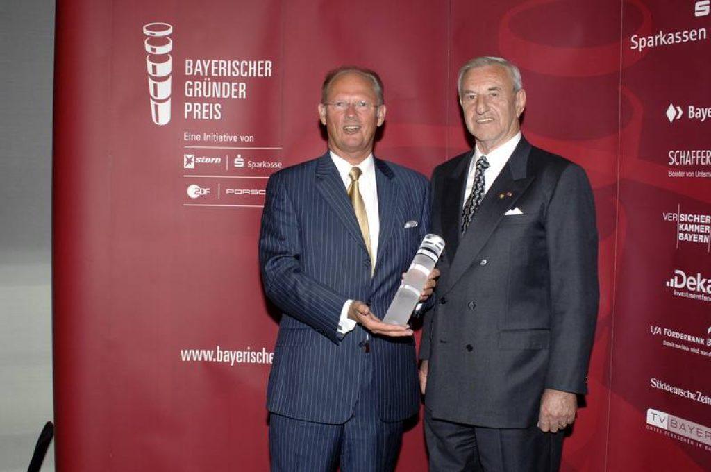 """В 2007 году г-н Rudolf Faltermeier, вице-президент Баварского Ассоциации Сберегательных Банков, передает Heinz Bruder Премию БаварскихУчредителейв номинации """"за выслугу""""."""